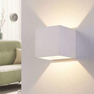 Biele nástenné LED svietidlo Esma v tvare kocky